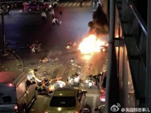 炸彈爆炸一刻,附近途人紛紛受傷倒地。