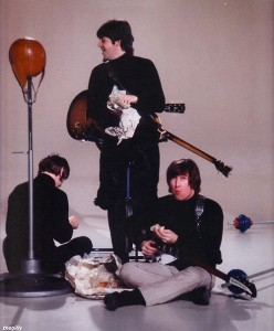 1966年,披頭四樂隊成員在拍攝音樂短片時,吃炸魚薯條。