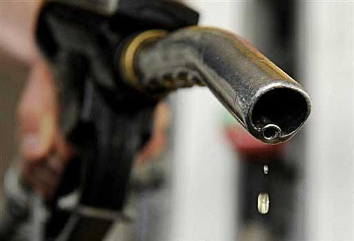《信報》署名評論文章認為,巴黎恐襲後,油價不受地緣危機升溫影響,不升反措,是因美國為打擊伊斯蘭國發動的新反恐策略。(網絡圖片)