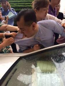 泛亞董事長單九良被投資損失者在上海包圍扭送公安局。