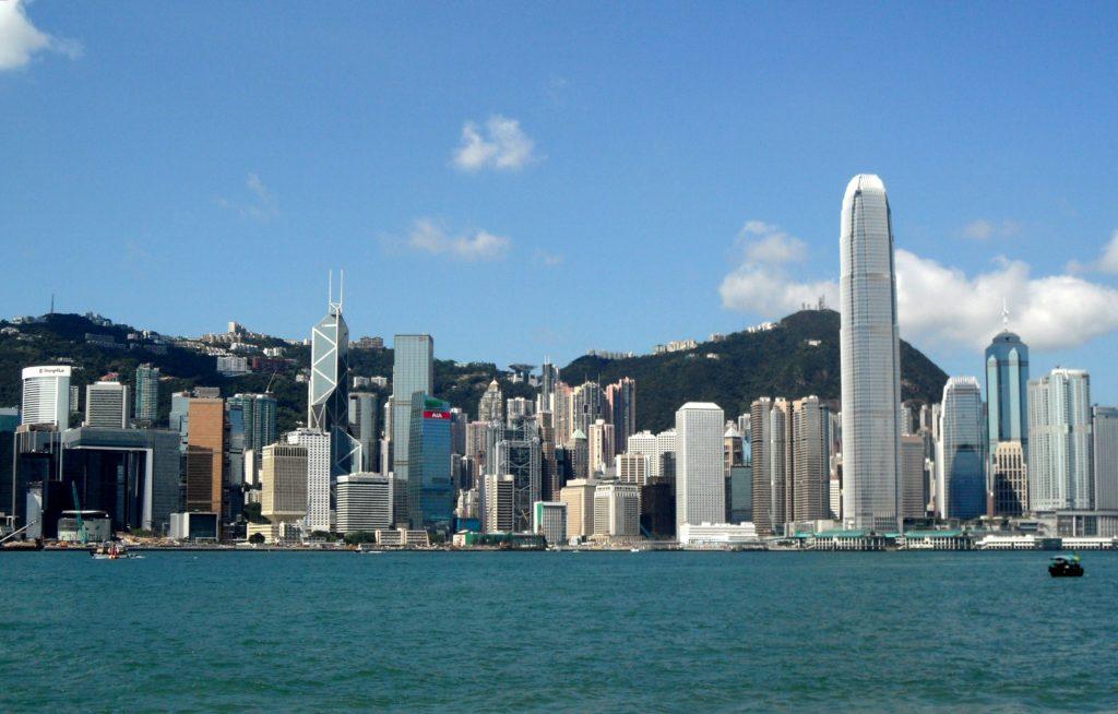 國際信貸評級機構穆迪繼將中國評級調低後,昨晚也將香港評級降低一級。