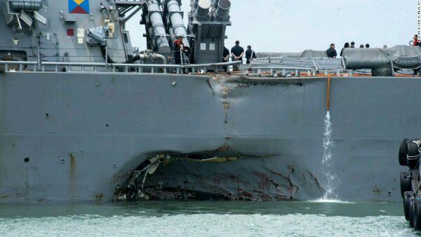 在撞船事故中受損嚴重的『麥凱恩』號。(圖片來源網絡)
